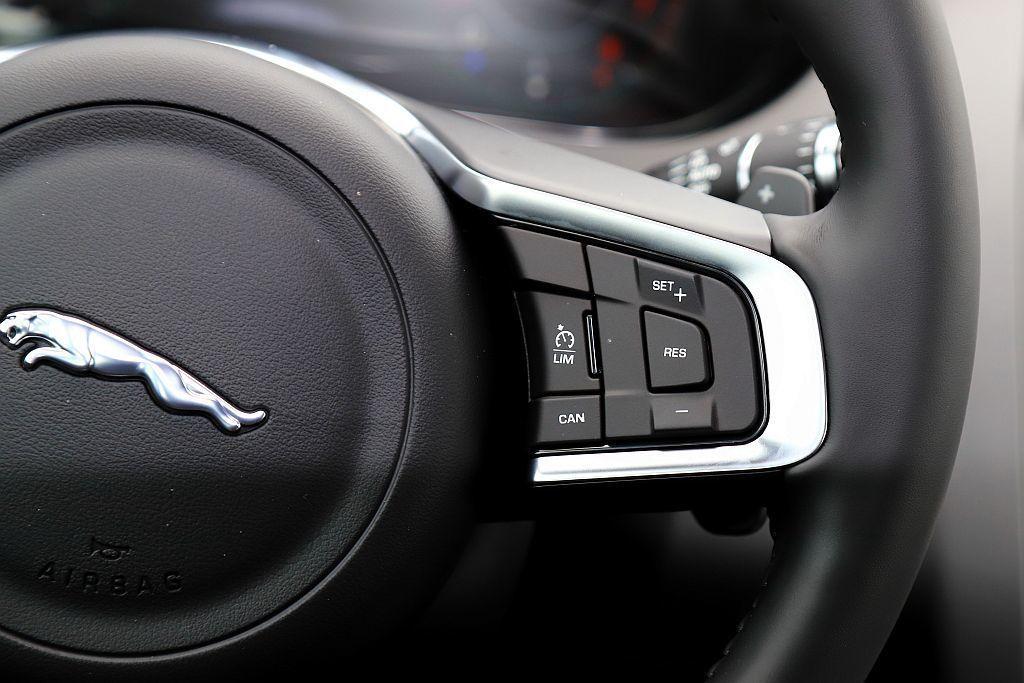 Jaguar E-Pace S等級的車型僅配置一般定速巡航系統,SE車型才升級為...
