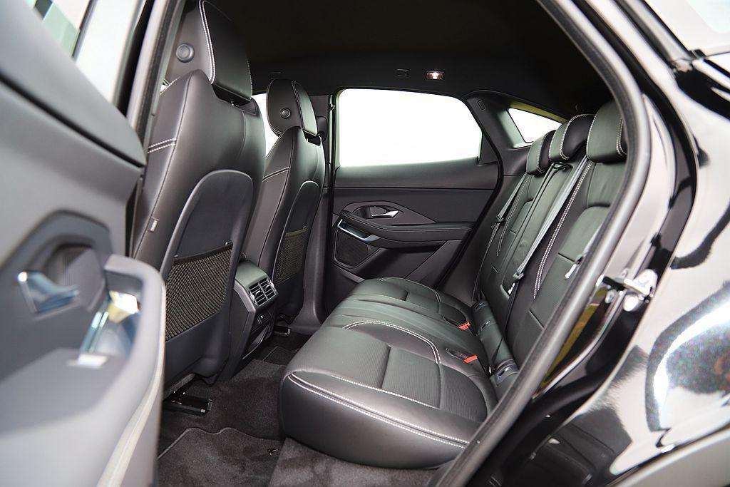 Jaguar E-Pace外觀壓縮的窗框面積與流暢車頂線條,使後座頭部空間與視野選得有些侷促。 記者張振群/攝影