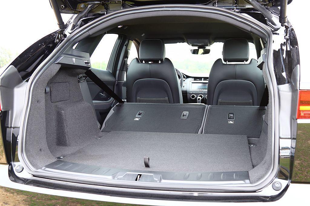 Jaguar E-Pace後車廂基本具備577L容積,第二排座椅打平後則可提升到...
