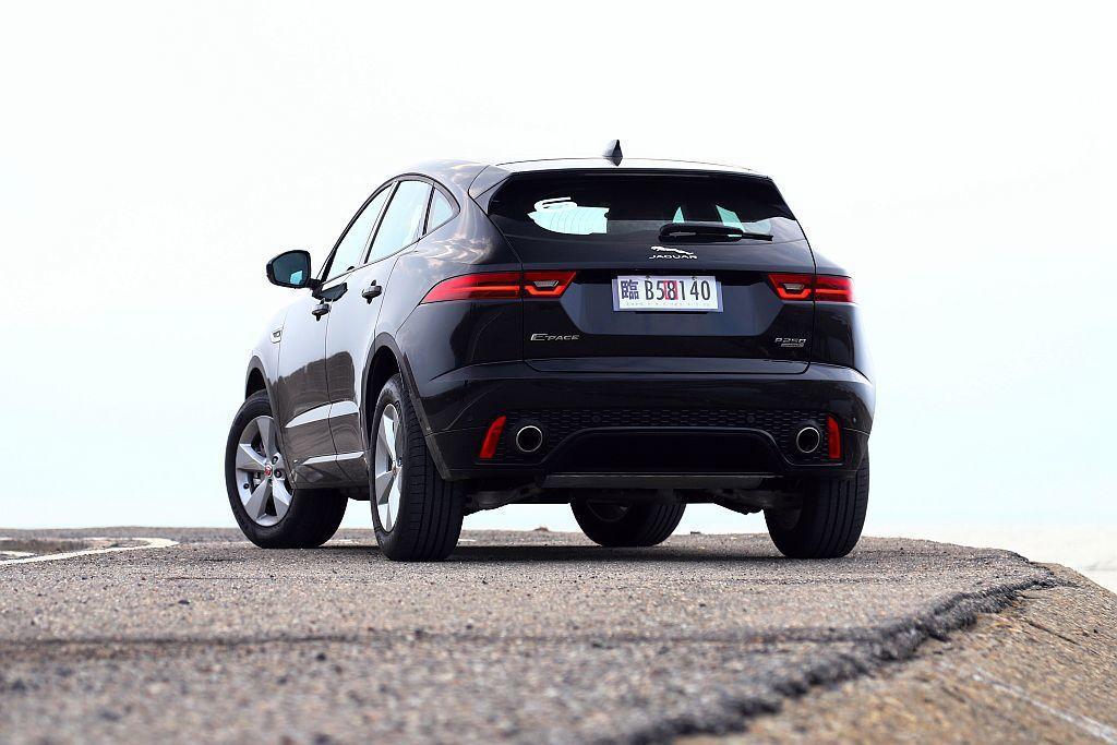 Jaguar E-Pace尾燈內的LED燈線直接和性能跑車F-Type跑車致敬。...