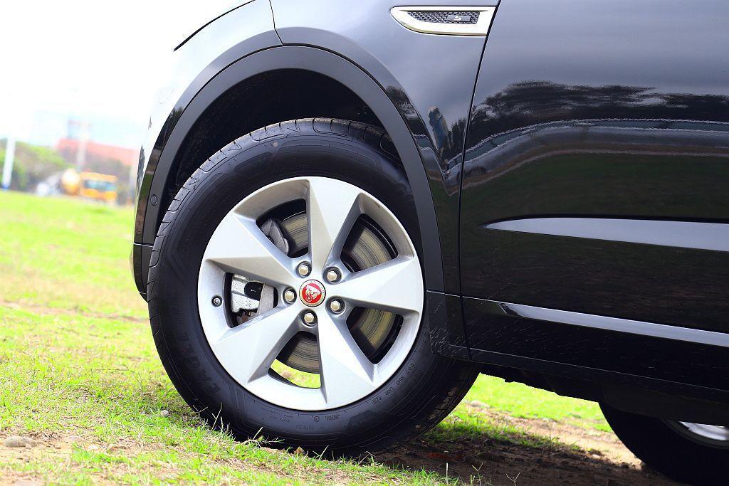 試駕車型配置18吋框使輪胎扁平比達60,但路感傳遞及轉向反應依然很清晰,若有意升級更大尺碼的買家可能需要在舒適度上多方考量。 記者張振群/攝影
