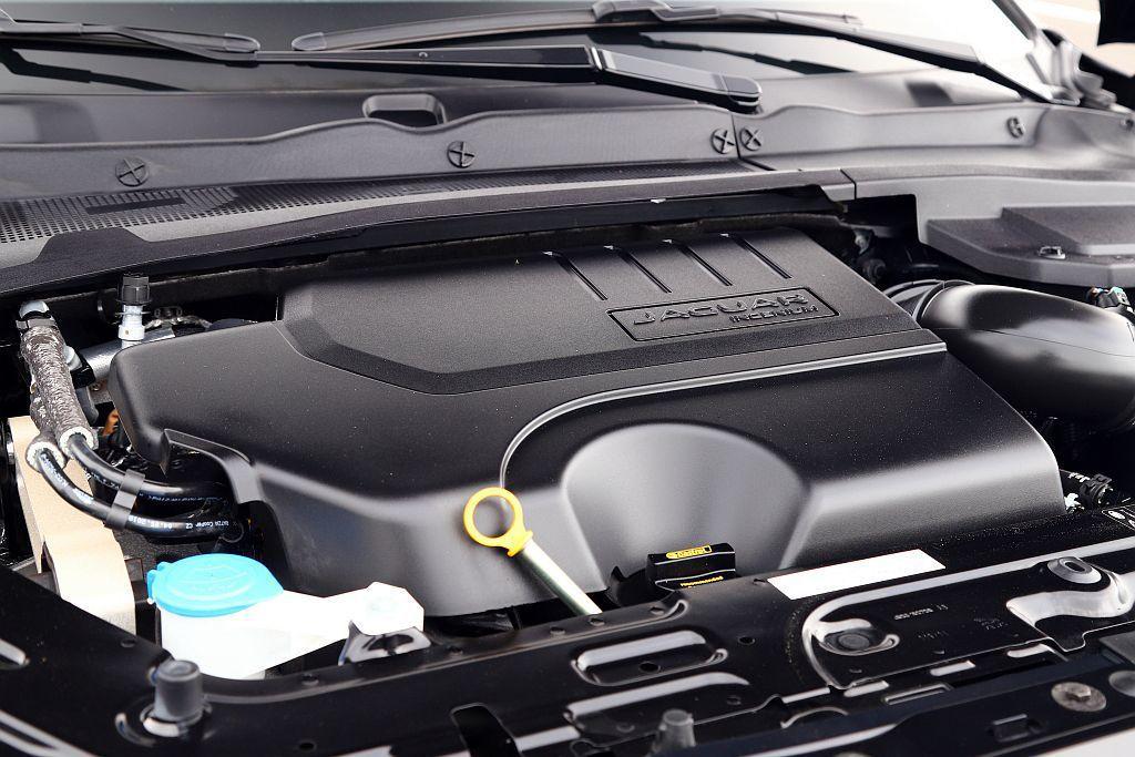Jaguar E-Pace P250搭載Ingenium系列2.0L汽油渦輪引擎,具備249ps最大馬力、37.2kgm峰值扭力表現。 記者張振群/攝影