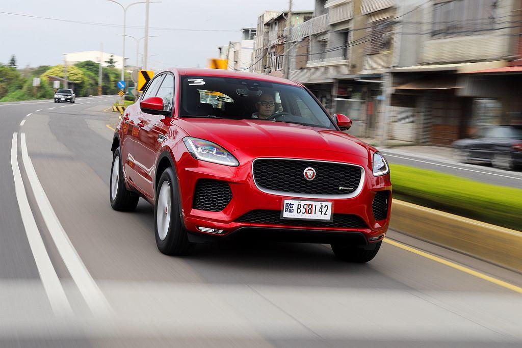 台灣販售的Jaguar E-Pace全數標配智慧性IDD四輪驅動系統,多增加的車重也使起步反應略顯溫馴。 記者張振群/攝影