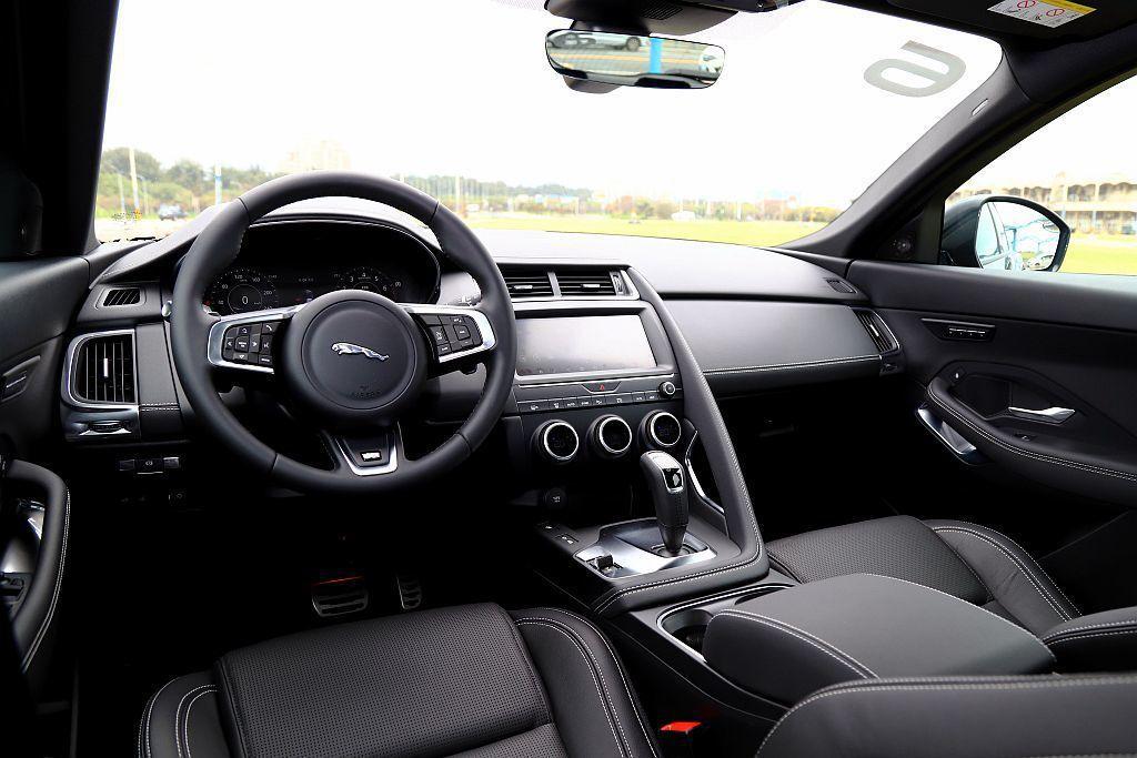 Jaguar E-Pace座艙駕駛導向的控台設計,使中央觸控螢幕位置及空調系統旋鈕等處幾乎與F-Type跑車鋪陳雷同。 記者張振群/攝影