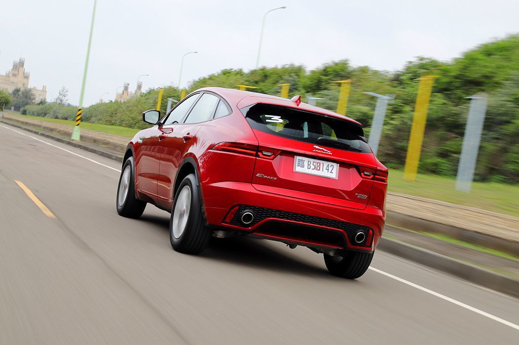Jaguar E-Pace在完全偏向跑車化外觀造型與性能操控調校下,展現與德系、...