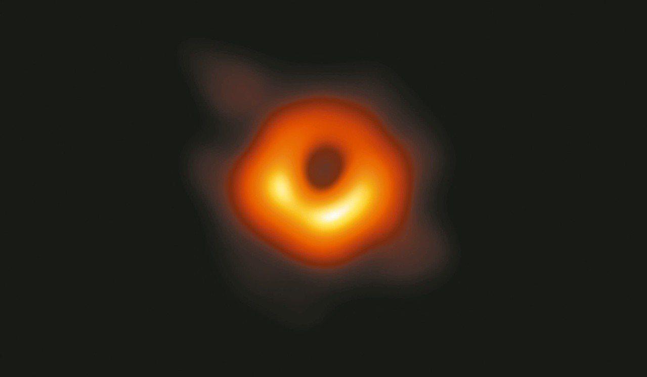 人類史上首張黑洞照片昨晚曝光,包含台北在內的六個城市同步直播。 (圖/中研院提供...