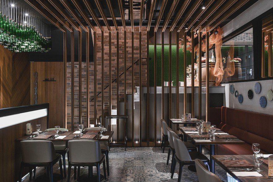 (圖)樓梯旁的屏風與天幕格柵一體成型,為用餐帶來安穩氛圍,此外亦增添空間層次。