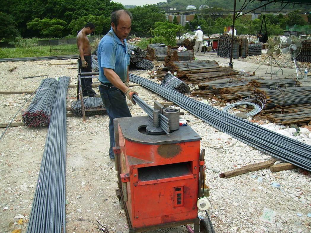 傳統工法︰小型露天加工廠以人工裁切折,無制度化之經營管控。 圖/戴雲發提供