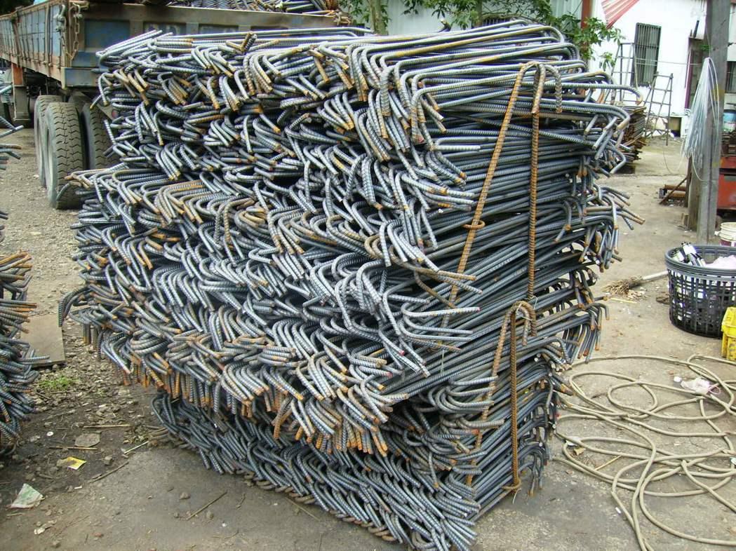 傳統工法︰組件眾多,組裝綁紮繁複,需熟練之技術工。 圖/戴雲發提供