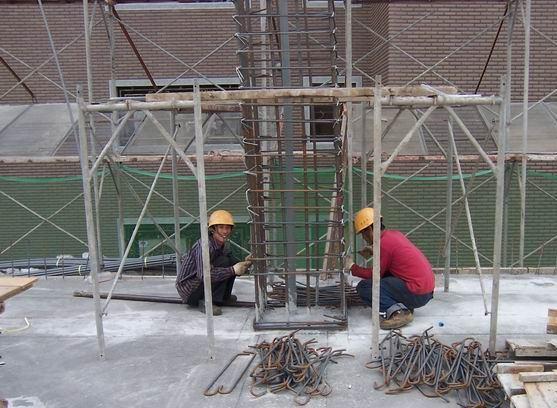 傳統工法︰柱箍套入定位綁紮後,需再將眾多繁筋交錯插入綁紮。 圖/戴雲發提供