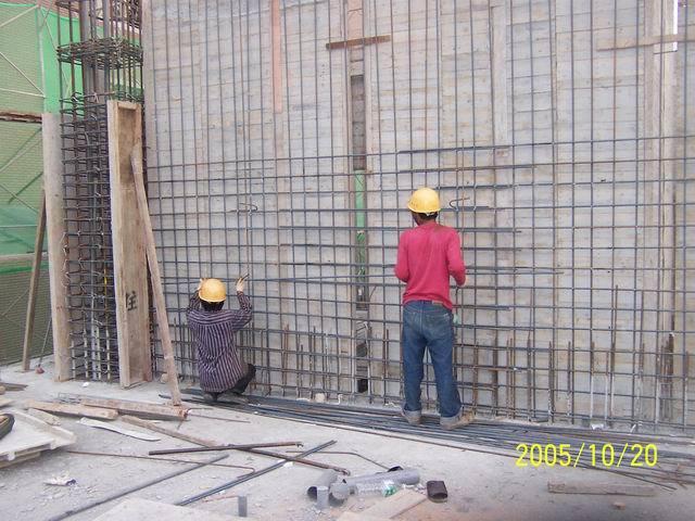 傳統工法︰必須組單面牆模後才能綁紮,需等待模版施工時間。 圖/戴雲發提供