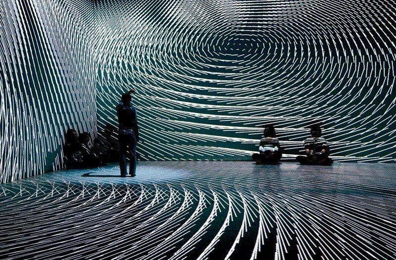 叁式與表演藝術家合作,打造出可配合人體動作變化的劇場特效。 (叁式有限公司提供)