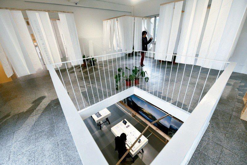 展場空間運用「窗」、天井的意象,象徵透過窗戶「觀察探索」、從不同視角發現創造台東...