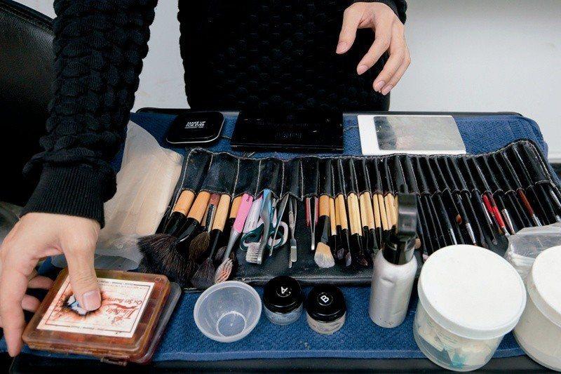 儲榢逸打開自己的化妝包,比起一般化妝師,更多了矽膠、血漿等昂貴的特化道具。 (金...