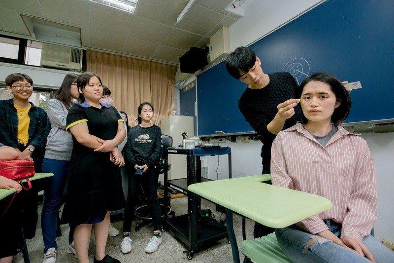 北護大學生在「標準化病人」課程中學習化傷妝,也學習如何克服面對重大創傷的心理壓力...