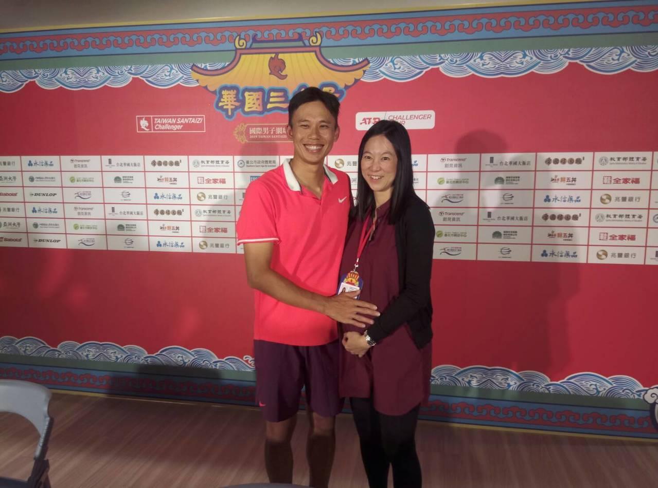 陳迪(左)與泰國華裔妻子王淑美,並透露妻子懷孕喜訊。記者林宋以情/攝影