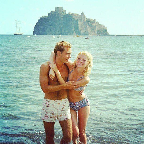20年前的裘德洛與葛妮絲派楚在「天才雷普利」中也在義大利海邊拍戲,泳裝款式還比現...