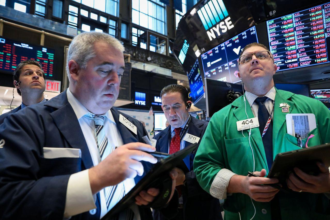 市場才剛消化美中貿易的問題,美國對歐洲加徵關稅的事讓投資人措手不及。路透