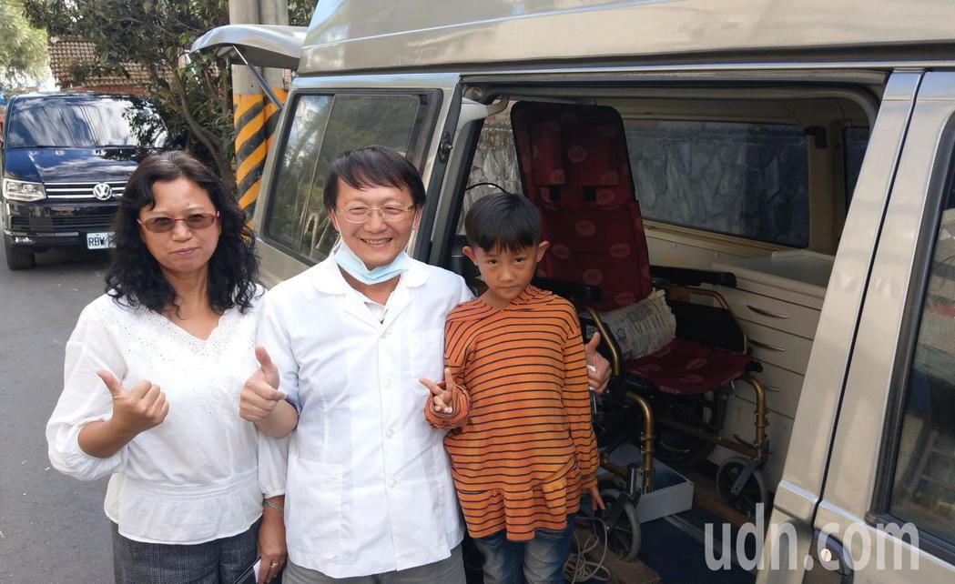牙醫王佑崑(中)偕同妻子吳瓊芬(左)投入偏鄉醫療,以廂型車充當巡迴車,輪椅搬進車...