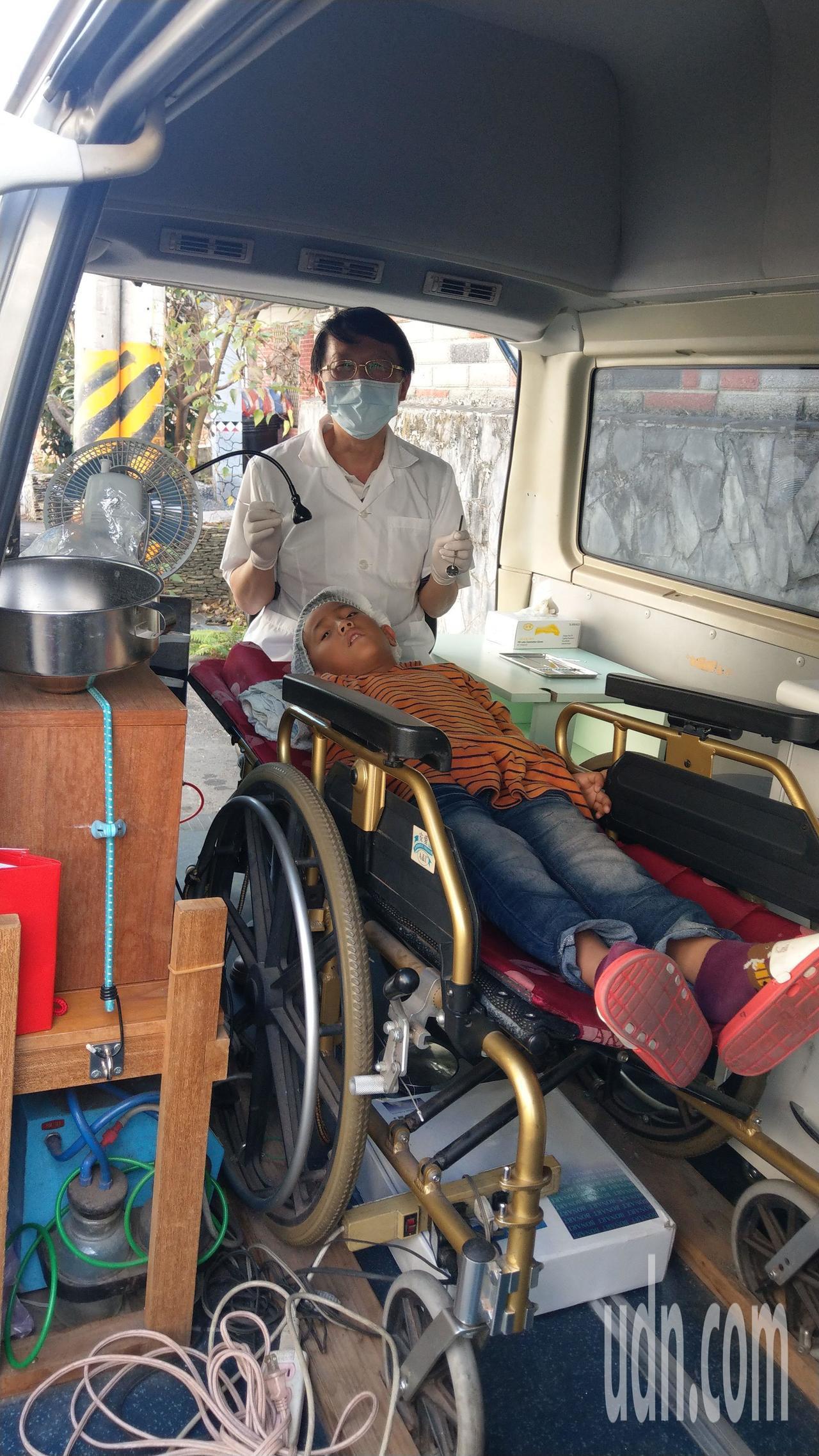 牙醫王佑崑以廂型車充當醫療車,輪椅搬進車內當診療椅,不鏽鋼桶加漏斗充當漱口水槽,...