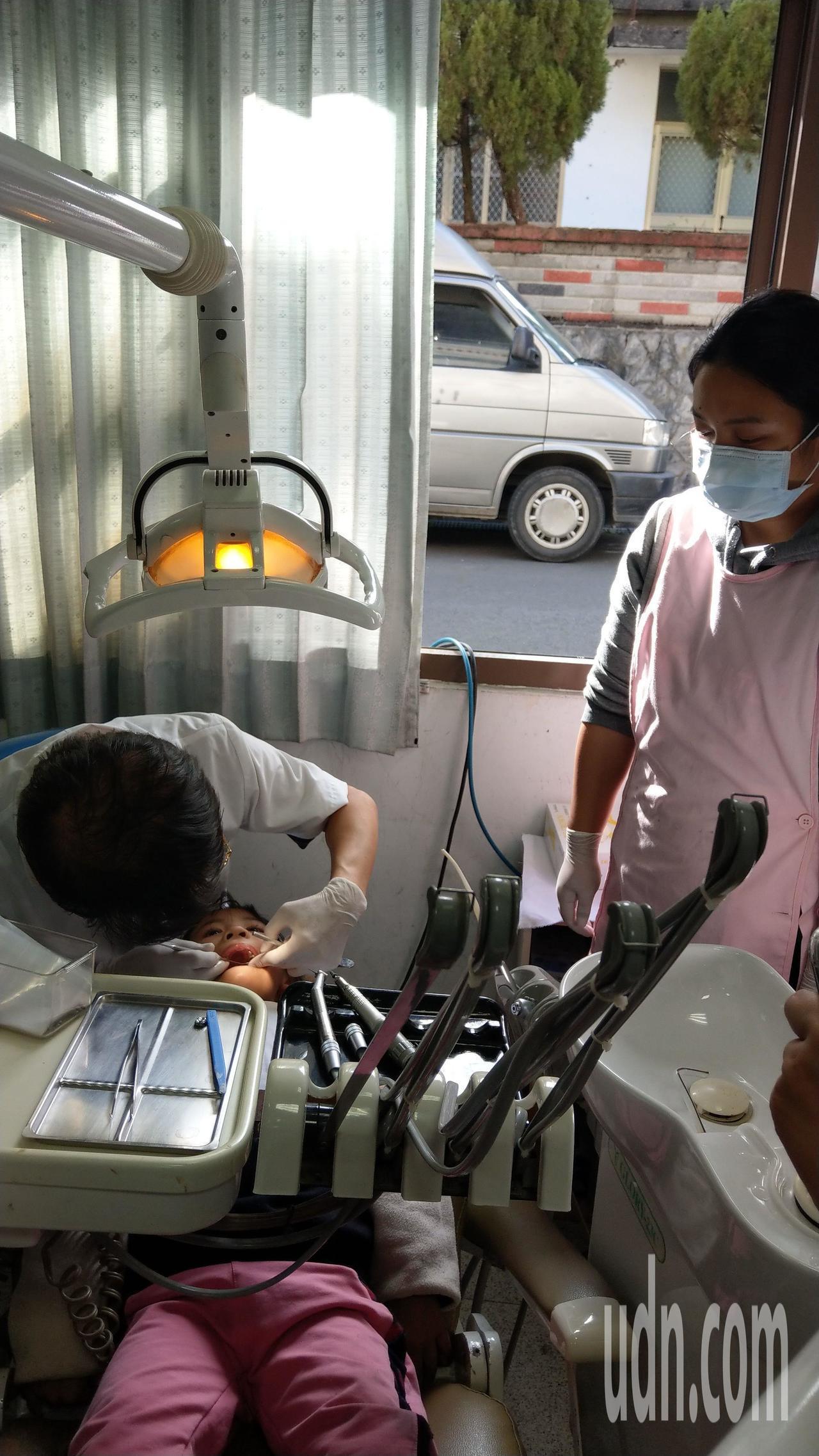 牙醫王佑崑見證偏郷醫療史,早期是露天醫療點,後以廂型車充當巡迴車(後方),去年在...