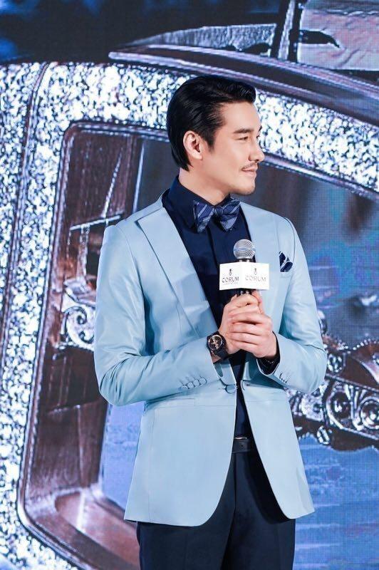 崑崙表全球品牌大使胡兵,穿著自己設計的服裝出席品牌於北京舉辦的2019新品發表會...