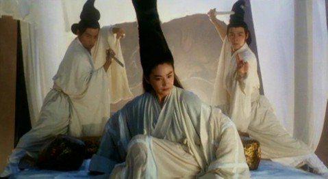曾經以愛情文藝片風靡台港、東南亞的林青霞,到了1990年代搖身一變為武俠片天后,轉捩點當然是「笑傲江湖II東方不敗」,她在片中有反串男性的造型,雖然充滿東洋風,卻顯得帥氣英挺,該片其他女性要角還包括...
