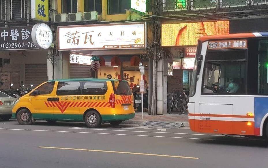 公車站前後10公尺內禁止汽機車臨停。圖/新北市交通裁決處提供
