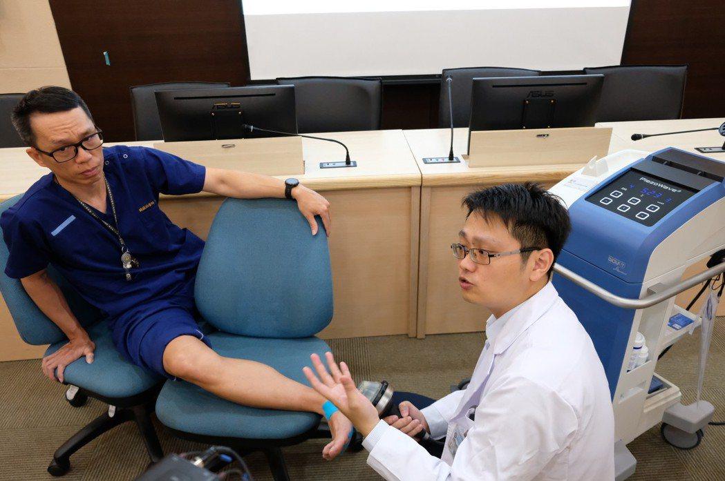 改善足底筋膜炎的治療方案後,包括使用體外震波搭配復健儀器、以肌內效貼布貼紮足弓,...