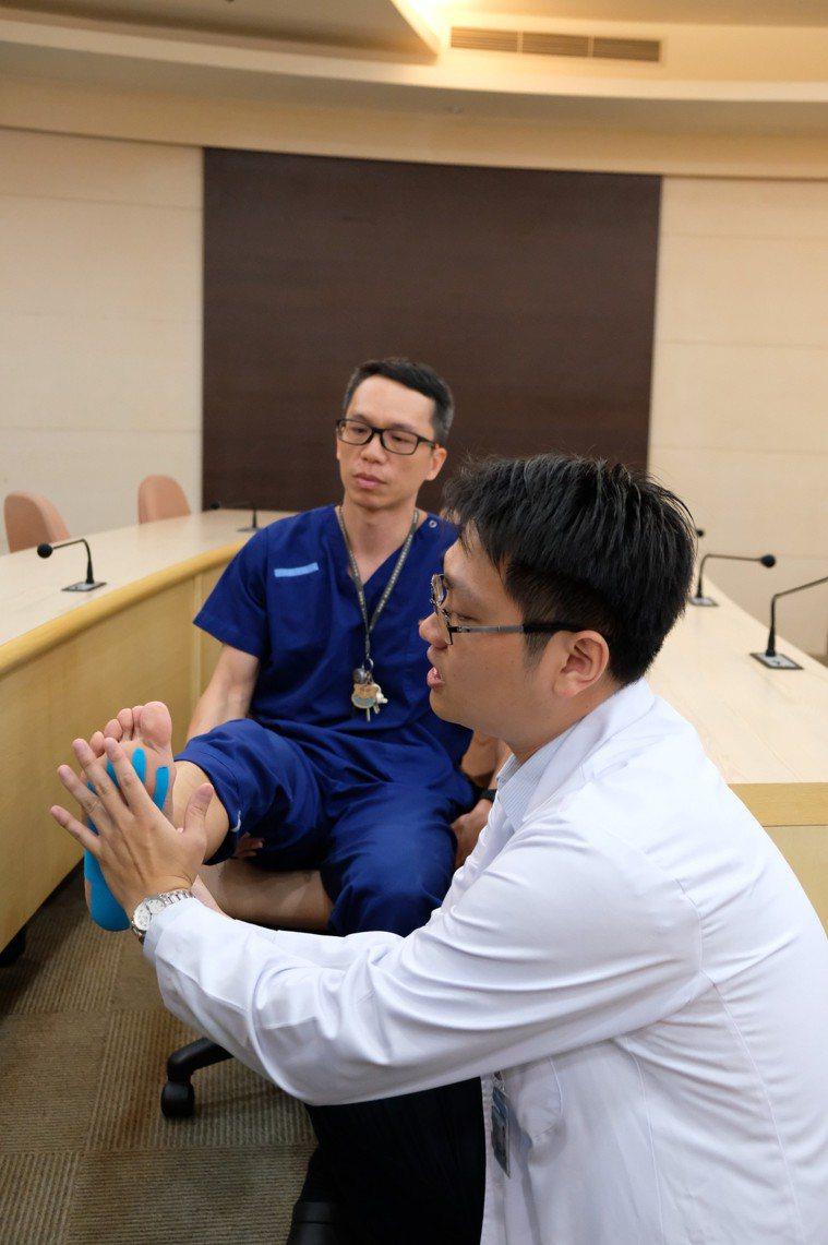 小港醫院復健專科醫師蘇烱輝示範以肌內效貼布貼紮足弓。記者徐如宜/攝影