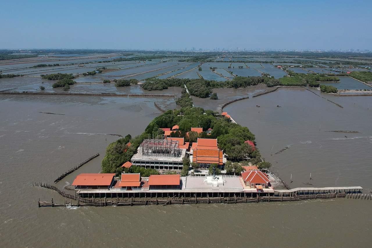 泰國灣近年受海岸侵蝕嚴重,沙木欽(Samut Chin)村莊的一座佛寺成了海中孤...