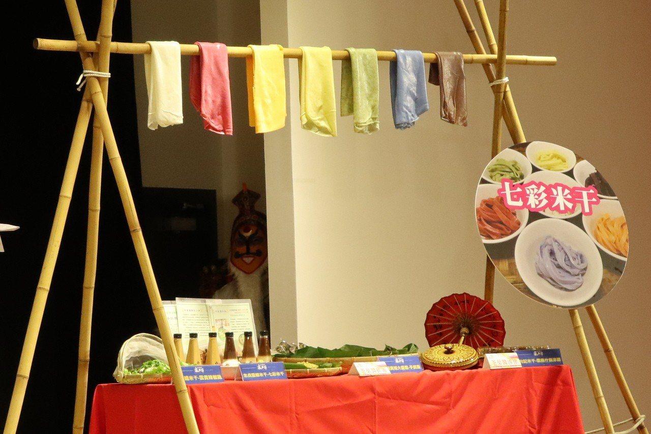 桃園2019龍崗米干節即將登場,今年由在地店家首創「七彩米干」,透過天然原料染色...