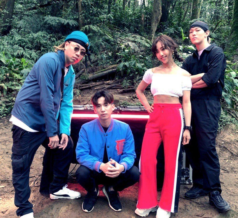 Tipsy(左起)、DinPei、蔡佩軒、趙志翰到山上拍攝MV。圖/非常棒提供