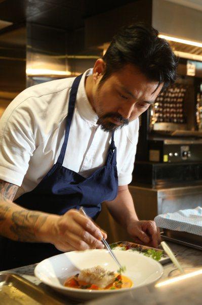 Longtail型男主廚林明健今年為台北米其林晚宴操刀前菜。 記者陳立凱/攝影