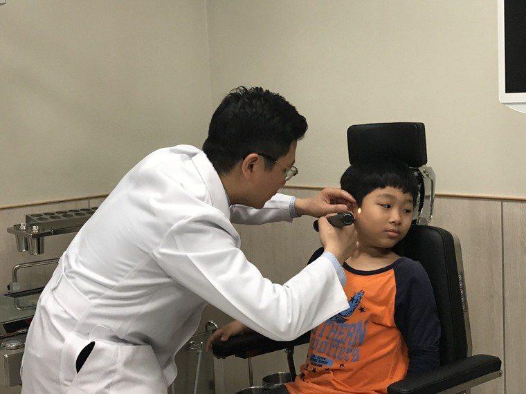 醫師王堂權說,這幾年來陸續有耳咽管功能不良的患者求診。記者郭政芬/攝影