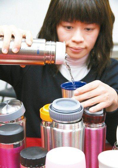 很多人不喜冰冷飲,會用保溫瓶裝熱水。報系資料照