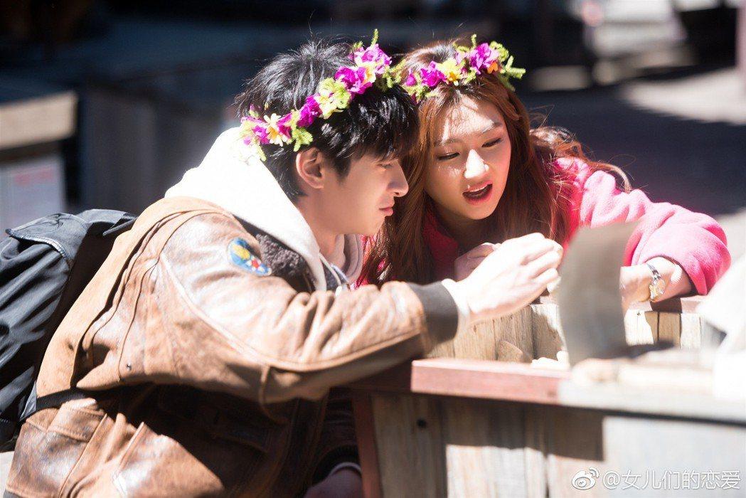 張軒睿(左)跟Selina在節目中的互動真的是甜出汁了!圖/摘自微博