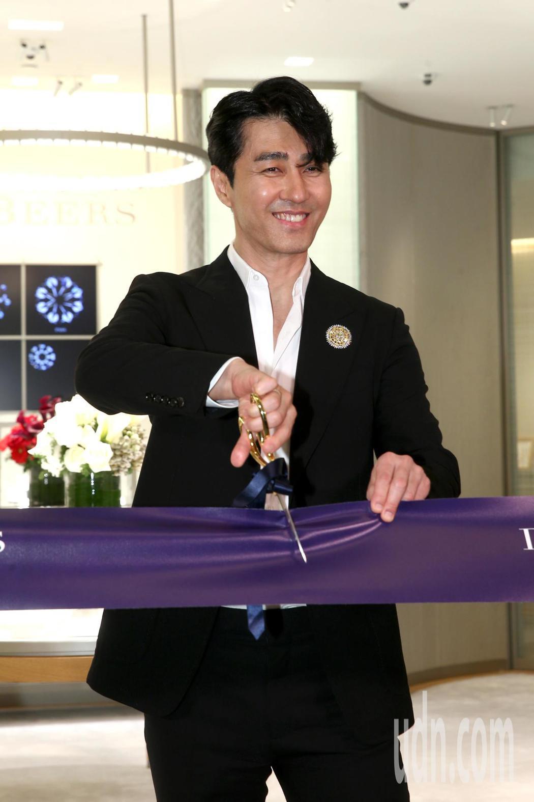 車勝元下午出席 De Beers 台北101精品店開幕記者會,分享自己喜愛的珠寶...
