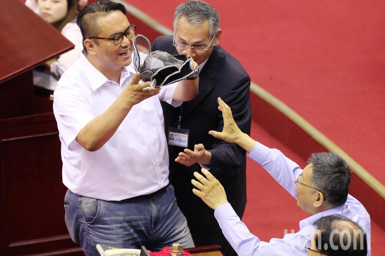 國民黨議員陳重文拿了烏紗帽要送給柯文哲戴。記者徐兆玄/攝影