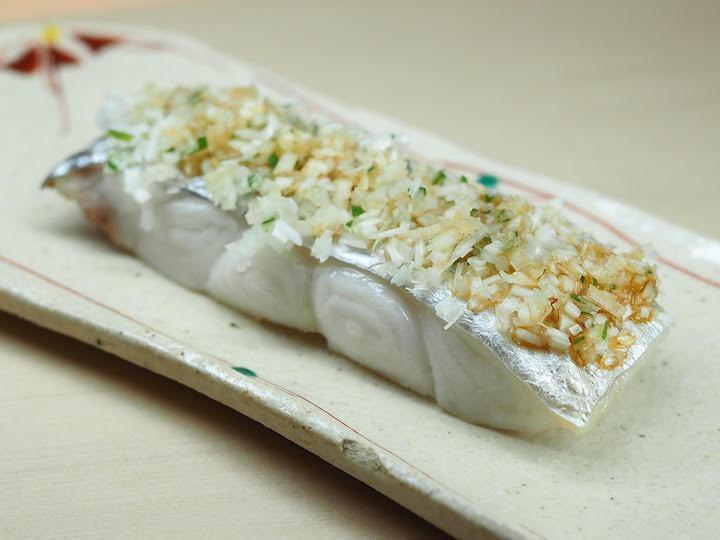 堅持使用日本進口當季食材、遵照日式處理食材的多元化細膩手法、上菜時穿插生熟食呈現...