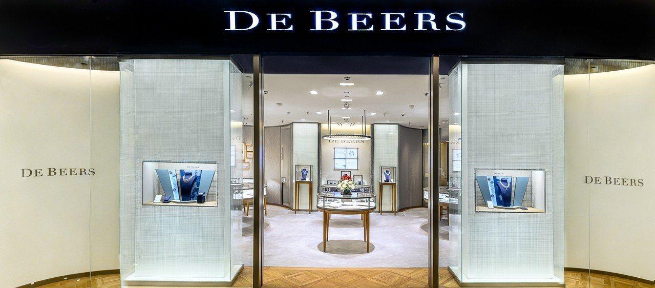 De Beers全新的台北101精品店與全球的據點形象一致,以品牌著名的千禧藍為...