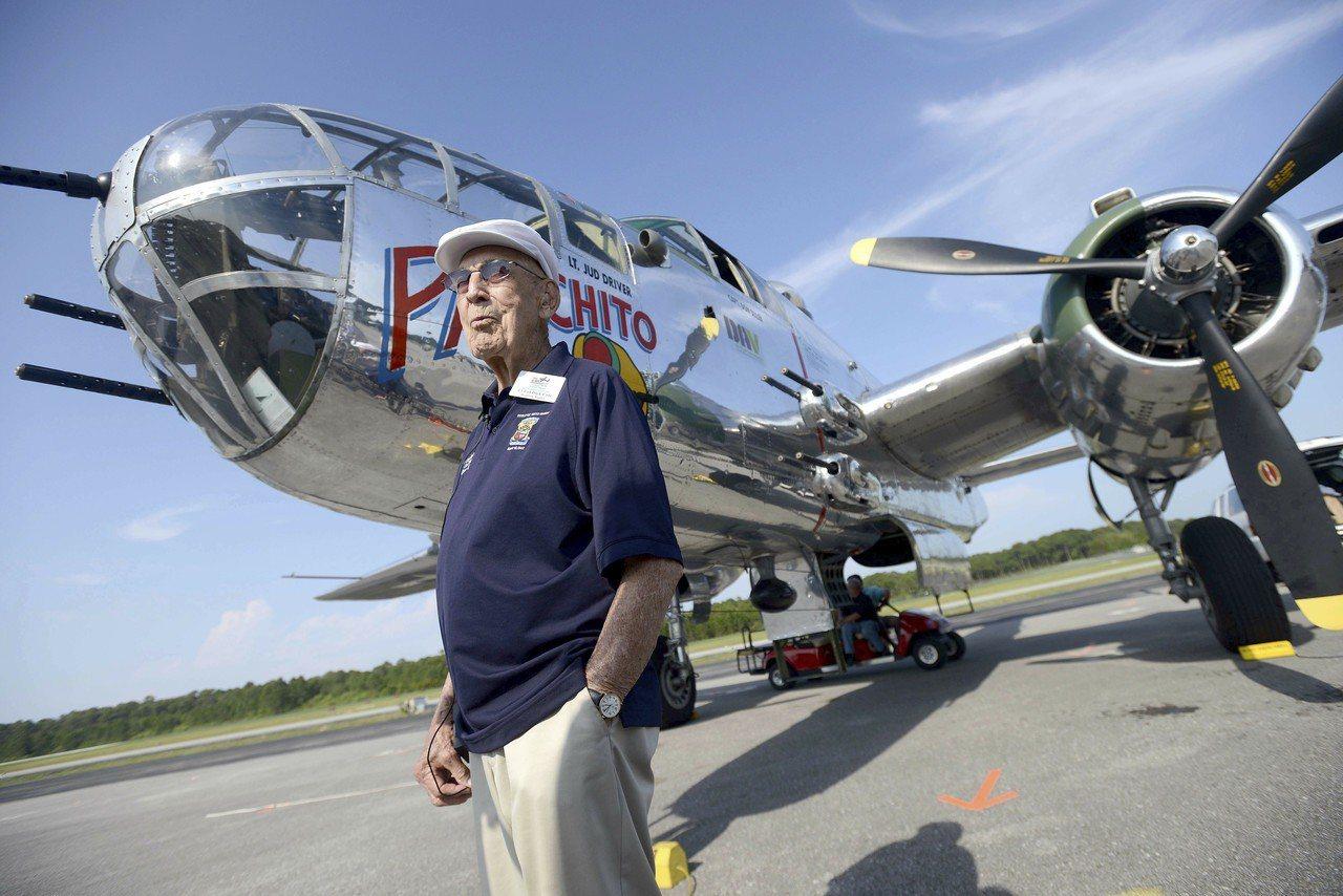 柯爾2013年時出席杜立德空襲71周年紀念活動,在佛州和一架B-25轟炸機合影。...