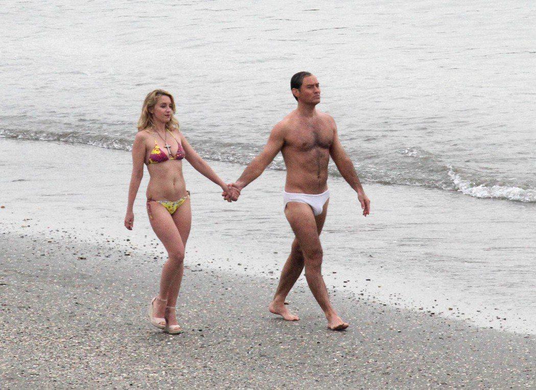 裘德洛與法國女星露迪芬莎妮在威尼斯海邊拍攝「新教宗」。圖/達志影像