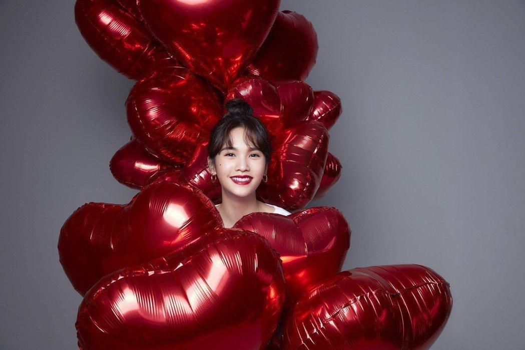 楊丞琳被紅心氣球包圍,拍攝生日會海報。圖/樹與天空工作室提供