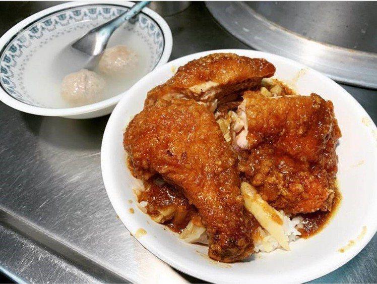 基隆廟口 21號-魯排骨飯的雞腿飯與貢丸湯。圖/IG@c0920266537...