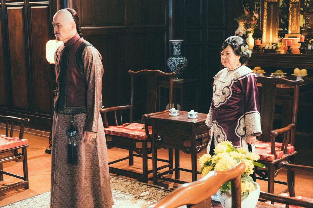陳淑芳(右)、黃鐙輝在「疑霧公堂」中演母子。圖/公視提供