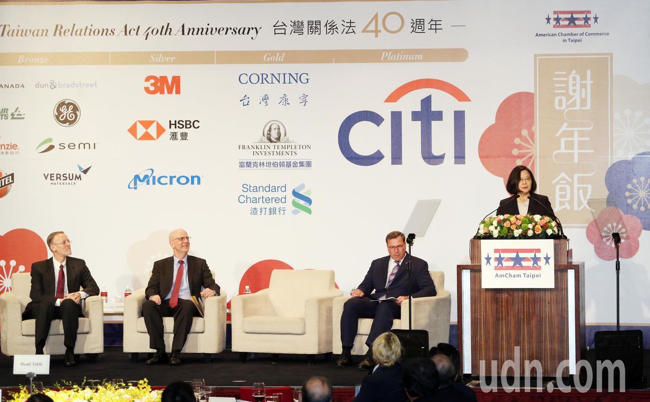 蔡英文總統(右1)晚上出席台北市美國商會謝年飯晚宴。記者曾吉松/攝影