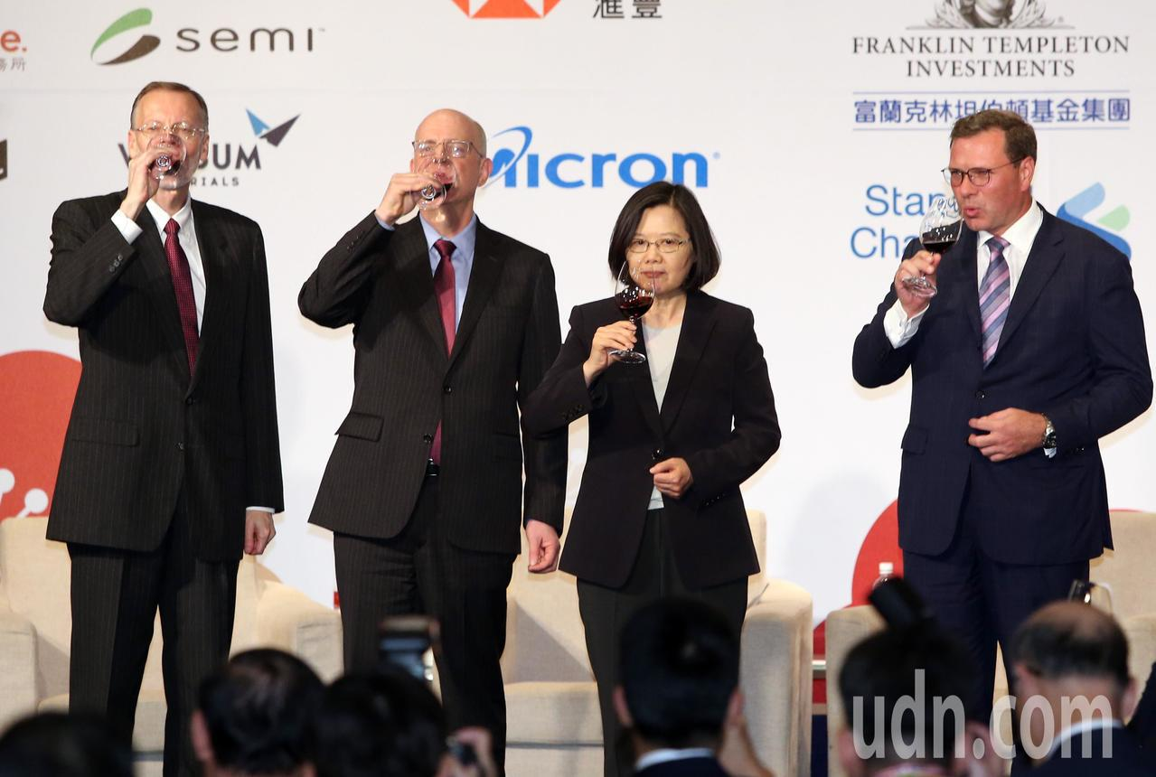 蔡英文總統(右2)晚上出席台北市美國商會謝年飯晚宴,並和商會會長李豪、AIT台北...