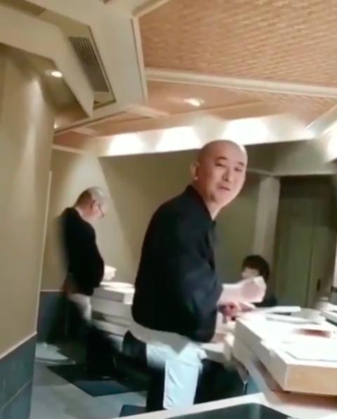 周董與老蕭在日料店玩壽司,惹主廚隔空賞手刀。圖/摘自IG