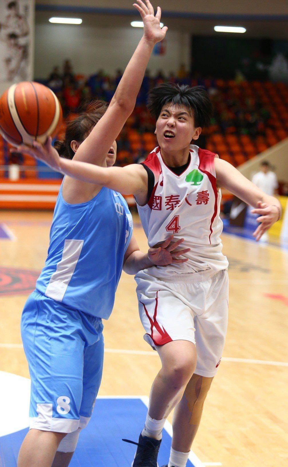 國泰韓雅恩(右)強行上籃。記者王騰毅/攝影